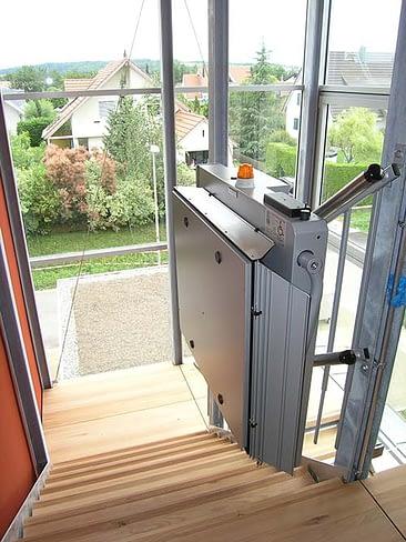Bei einem Treppenlift im Mehrfamilienhaus muss der Fluchtweg gewährleistet sein