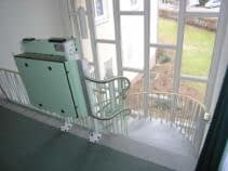 Die Plattform des Treppenliftes an der oberen Haltestelle, geschlossen