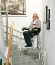 Treppensitzlift als Aussenläufer im Innenbereich, über 1 Etage in Einfamilienhaus