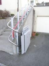 Nach Gebrauch wird die wetterfeste Plattform des Treppenlifts geschlossen