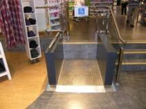 Ein Rollstuhl-Hublift im Innenbereich eines Einkaufszentrum