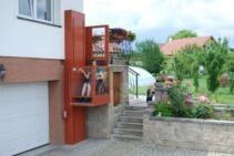 Eine Rollstuhl-Hebebühne mit mehr als 3m Förderhöhe auf den Balkon eines Einfamilienhauses