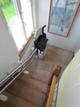 Ein Treppen-Sitzlift im Innenbereich an der unteren Warteposition