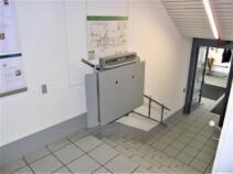 Der Plattformlift nach Gebrauch, mit geschlossener Plattform für minimalen Platzbedarf