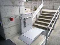 Die Plattform des Treppenliftes unten geöffnet für den Einstieg