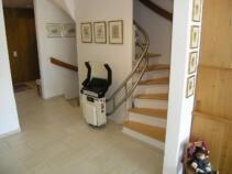 Ein weitere Sitzlift als Innenläufer ausgeführt, in der unteren Warteposition