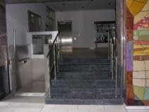 Hebelift für Rollstuhlfahrer für barrierefreien Zutritt zu einem öffentlichen Gebäude