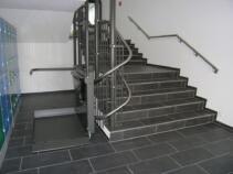 Die Plattform des Rollstuhllifts einseitig offen für Rollstuhlfahrer