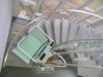 Der Rollstuhllift während der Fahrt über die geschwungene Treppe