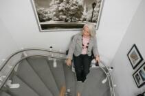 Die Fahrbahn des Treppenliftes wurde über zwei 90°-Kurven geführt