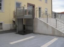 Der Rollstuhllift in der oberen Halteposition, bereit zum Ausstieg des Rollstuhlfahrers