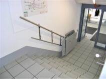 Treppenlift für Rollstuhlfahrer im Innenbereich, Plattform geschlossen