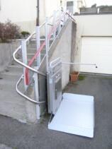 Der Plattformlift ist unten angekommen und einseitig offen für den Ausstieg