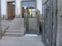 Hier wieder ein Rollstuhllift bei einem öffentlichen Gebäude mit einer etwas längeren Zugangstreppe