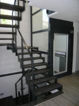 Dieser Lift wurde ohne Unterfahrt nachträglich in einem Einfamilienhaus eingebaut