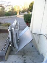 Die Plattform während des Auklappens für den Einstieg des Rollstuhlfahrers