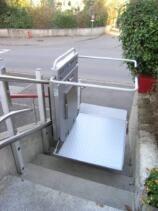 Der Rollstuhl-Treppenlift während der Fahrt über die Aussentreppe