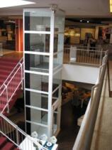 Ein Lift in einem selbsttragenden Glasschacht in einem Einkaufszentrum