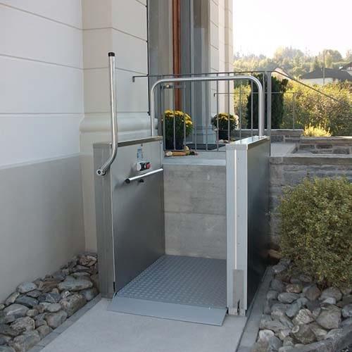 Eine Rollstuhlhebebühne bei einer Eingangstreppe in einem Einfamilienhaus
