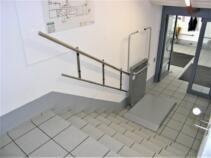 Plattform des Rollstuhllifts geöffnet zum Einsteigen