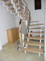 Ein Treppenlift als Innenläufer ausgeführt, über eine enge Treppe in einem EFH