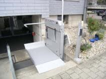 An der oberen Haltestelle wird die Plattform und der Sicherheitsbügel einseitig geöffnet