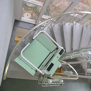Ein Rollstuhl-Treppenlift auf einer Treppe mit Kurven innen