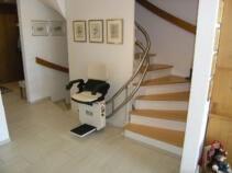 Der Treppensitzlift geöffnet für die Aufnahme des Passagiers