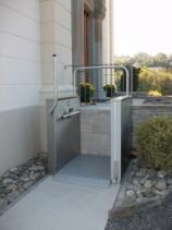 Ein weiterer Plattformlift für Rollstuhlfahrer zur Überwindung der Zugangstreppe bei einem EFH