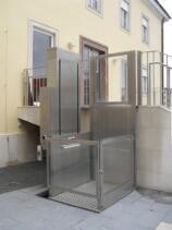 Der Alpin Z300 zur Überwindung der Zugangstreppe in einem öffentlichen Gebäude