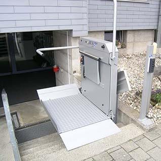Ein Treppenlift für Rollstuhlfahrer aussen