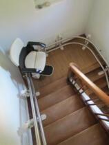 Der Sitzlift während der Fahrt über die Schmale Treppe mit zwei 90 Grad Kurven